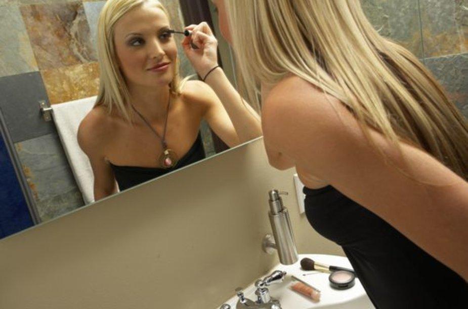 Kiek kartų per dieną moterys pažiūri į veidrodį?