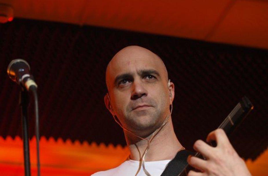 """Penktadienio vakarą muzikos klube """"Tamsta"""" Algio Ramanausko-Greitai vadovaujama grupė SSG (Svastikos Sukitės Greitai) pristatė savo būsimą albumą """"Gyvai""""."""
