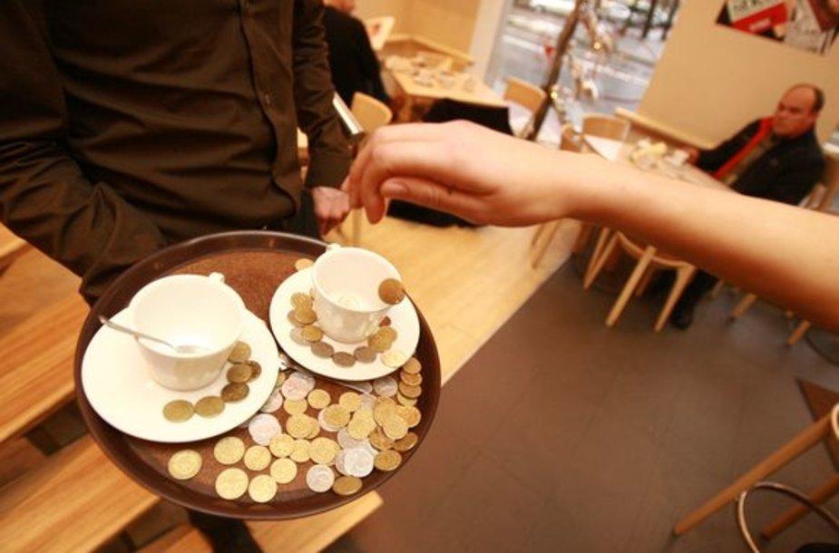 Sunkmetis sumažino ir į paslaugos sferos darbuotojų kišenes krintančius arbatpinigius.