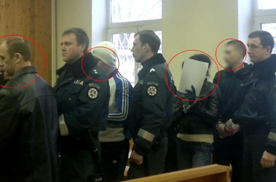 Dviejose bylose teisiama ta pati kompanija: du suaugę vyrai, moteris ir dar du paugliai. Į teismus suimtuosius vežioja gausios konvojaus pajėgos.