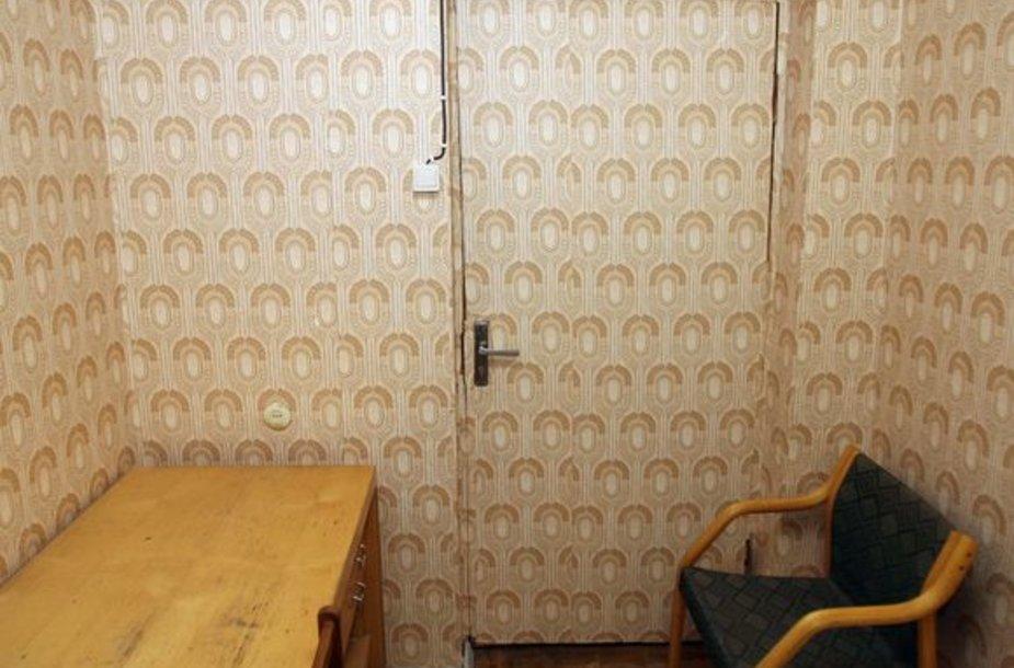 Aplinka tokia sudėvėta, kad tapetais nuspręsta apklijuoti ne tik sienas, bet ir duris.