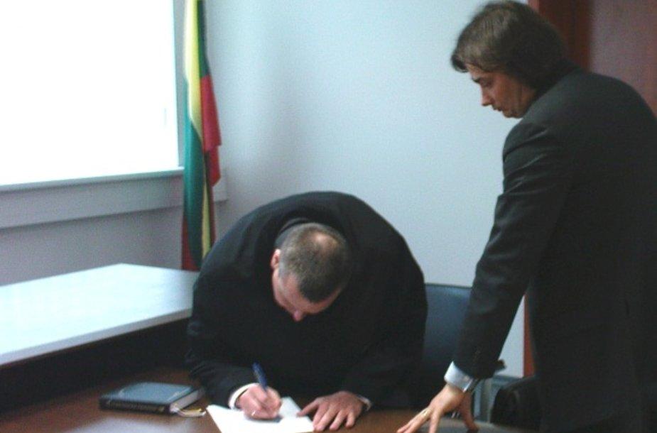 """Įmonę """"Varalda"""" bei jos vadovą ginantis advokatas Ž.Ambrizas (rašo) ir firmos direktorius G.Zabulis kaltinimus pripažįsta tik iš dalies."""