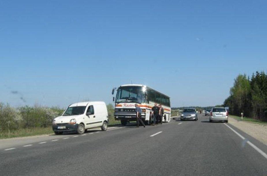 Vairuotojas suvaldė autobusą ir išlaikė sunkiasvorę transporto priemonę kelyje.