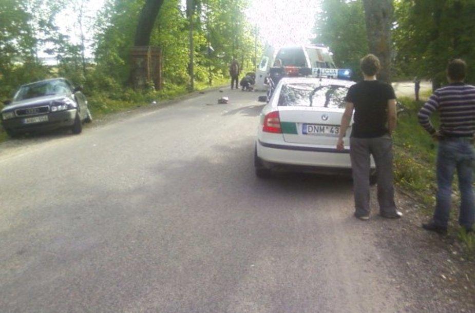 """Mopedas, kuriuo važiavo du nepilnamečiai, nepraleido šio pagrindiniu keliu važiavusio """"Audi"""" automobilio."""