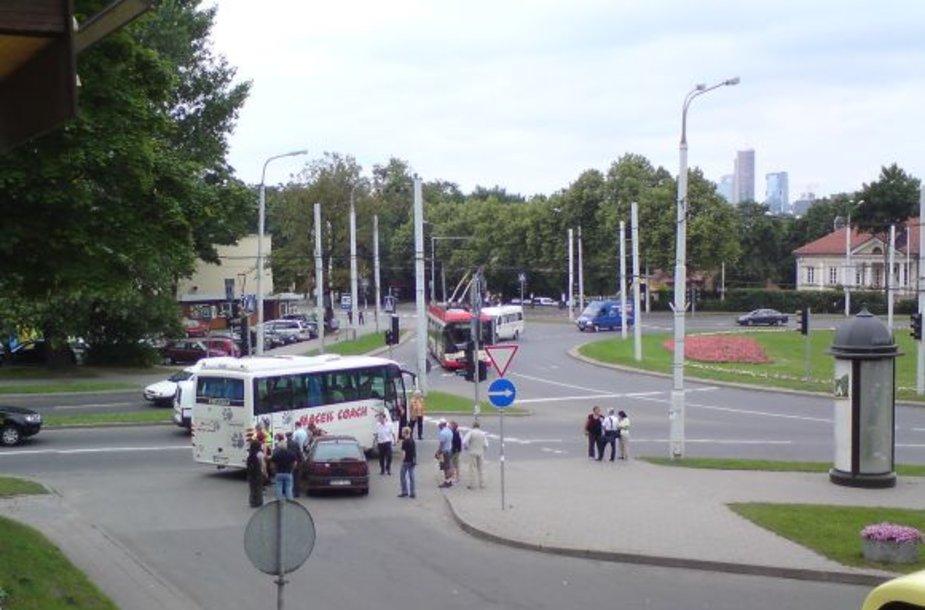 Prie Olandų žiedo dėl autobuso ir lengvojo automobilio avarijos užtverta viena eismo juosta.