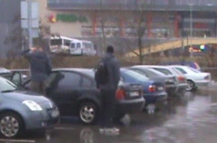J.Valančiūnas prie arenos išlipo iš savojo automobilio.