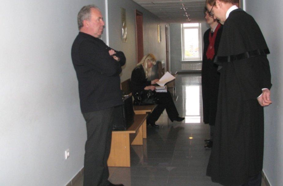 Ketvirtadienį į teismą išklausyti nuosprendžio atvykęs J.Dragūnas (kairėje) sužinojo, kad baudžiamosios bylos narpliojimas bus tęsiamas.