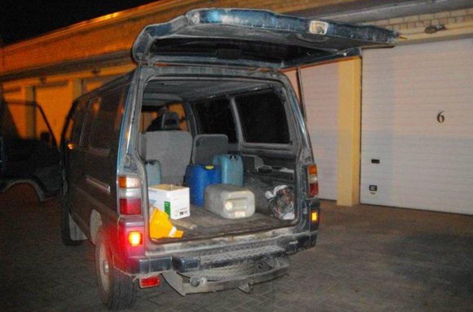Degalai mikroautobuso bagažinėje