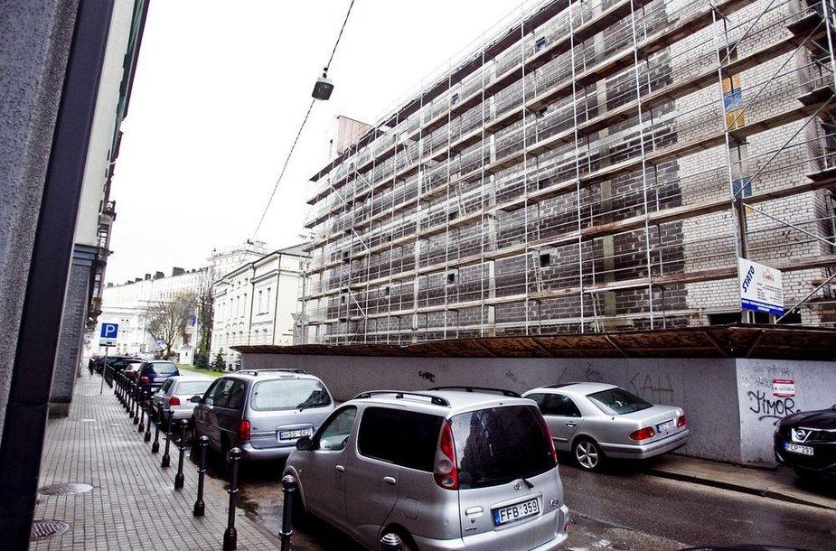 Pastatą su mažyčiais langais Senamiesčio pašonėje statosi Lietuvos archyvų departamentas.