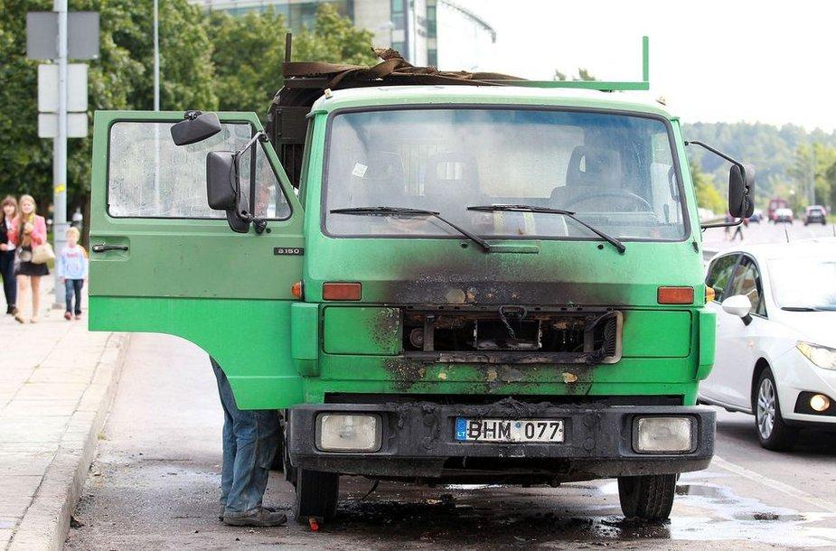 Apdegęs sunkvežimis