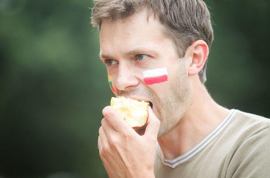 Andrius Tapinas prie Rusijos ambasados valgė lenkiškus obuolius.