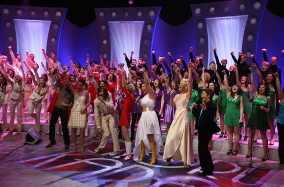 Garsūs dainininkai, surinkę savo chorus, varžysis dėl geriausio vardo.