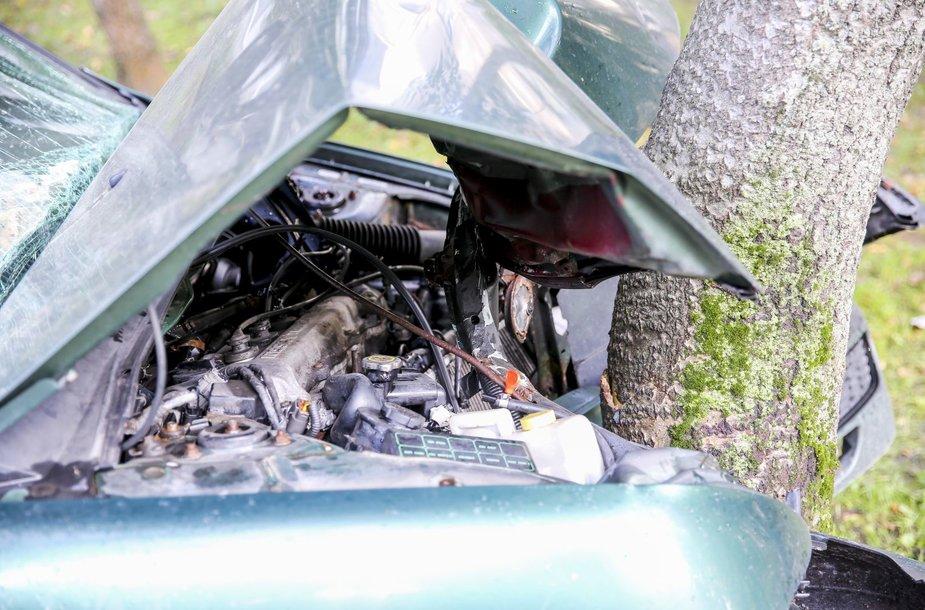 Priepuolio ištiktas sostinėje vairuotojas trenkėsi į medį
