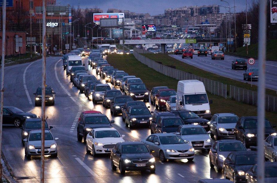 Vilniuje gatvės virto čiuožykla, žmonės įstrigo didžiulėse spūstyse