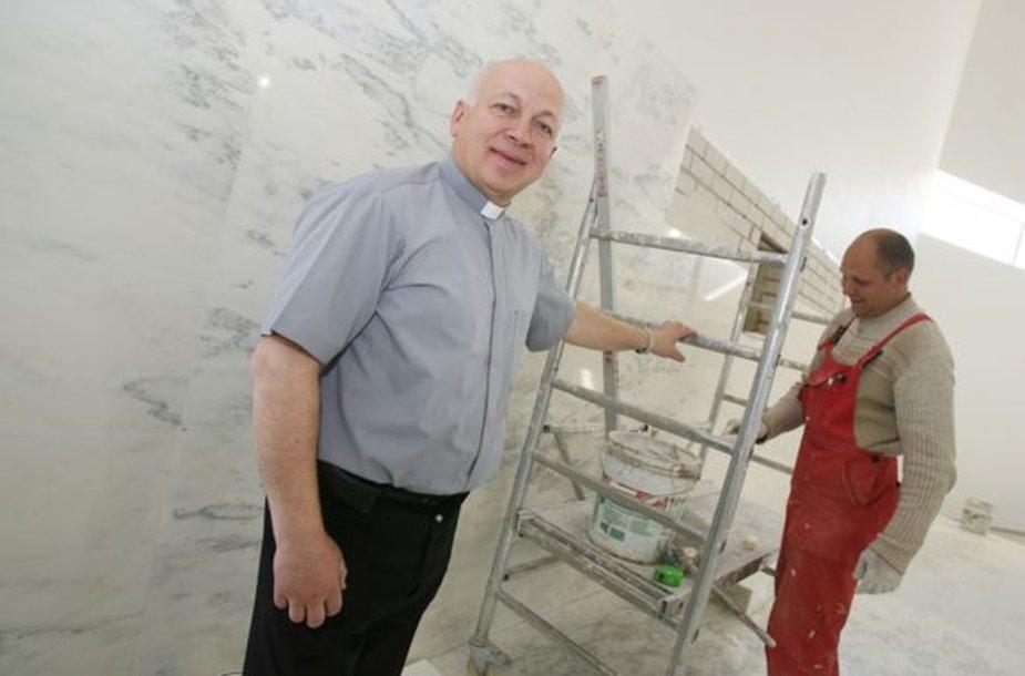 Ganytojo parapijos klebonas J.Stankevičius džiaugėsi, kad dešimtmetį statyta bažnyčia bus pašventinta jau šį sekmadienį.