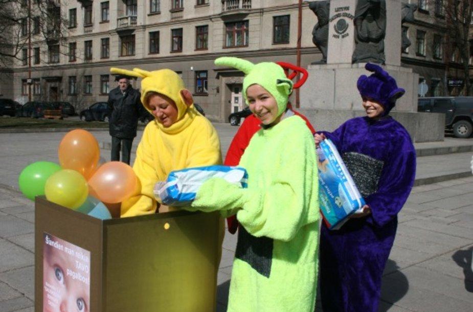 (sauskelnes-teletabis) Miestiečių atneštas sauskelnes į specialias dėžes sudėjo spalvingi personažai. Vos per porą valandų Laisvės alėjoje buvo paaukota daugiau nei 1000 sauskelnių.