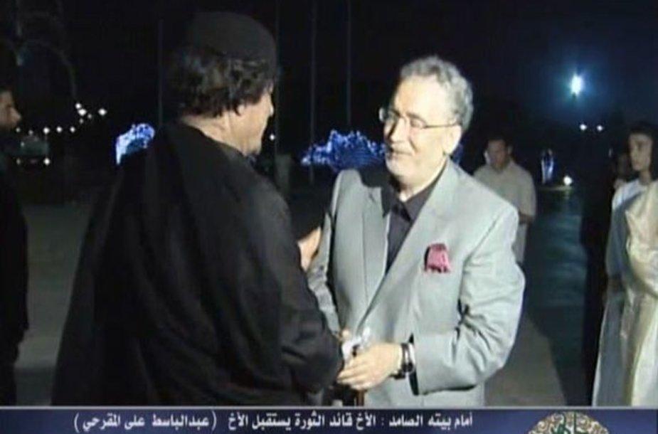 Muammaras Gaddafi sveikina Lokerbio sprogdintoją grįžus namo
