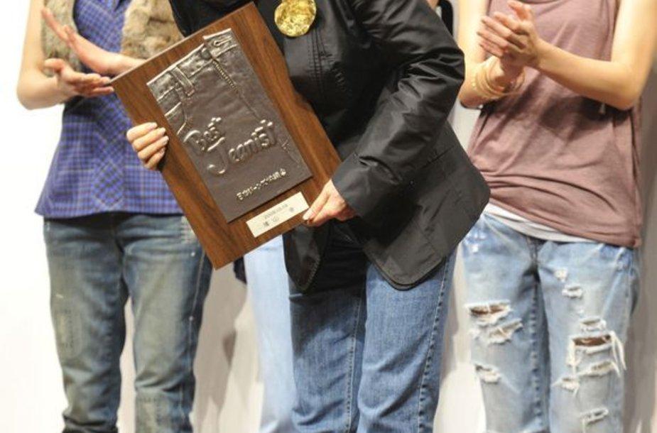 Miyuki Hatoyama apdovanota už džinsų dėvėjimą