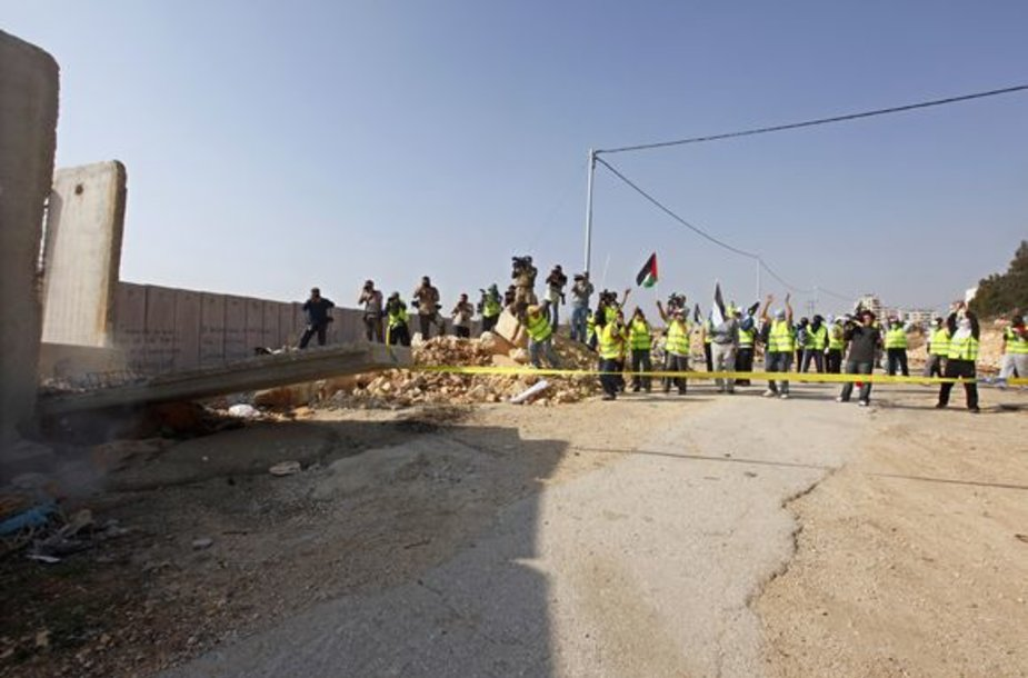 Palestiniečiai pirmadienį pralaužė į žydų ir palestiniečių teritorijas Vakarų Krantą dalijančios sienos bloką.