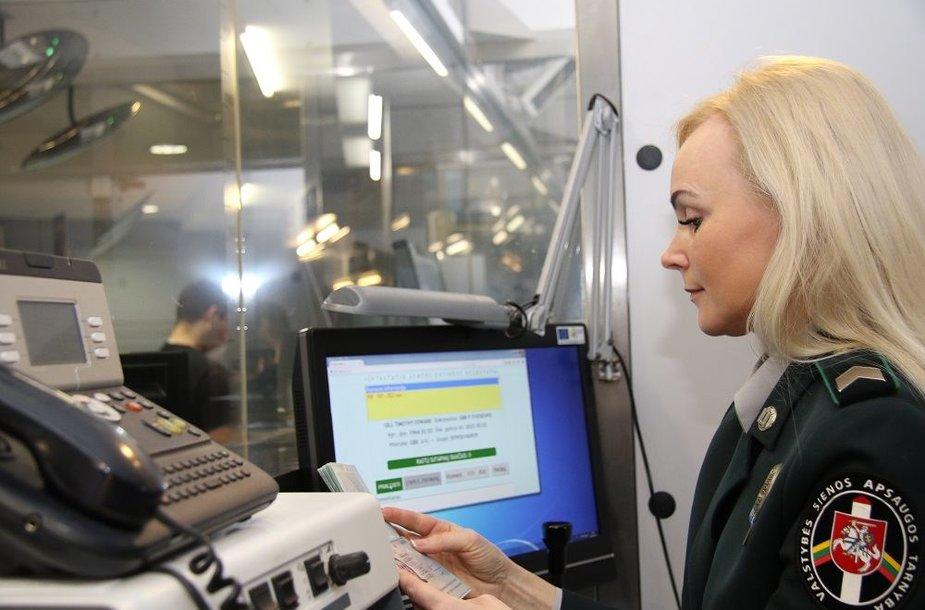 Asociatyvi iliustracija: oro uoste dirbanti VSAT pareigūnė