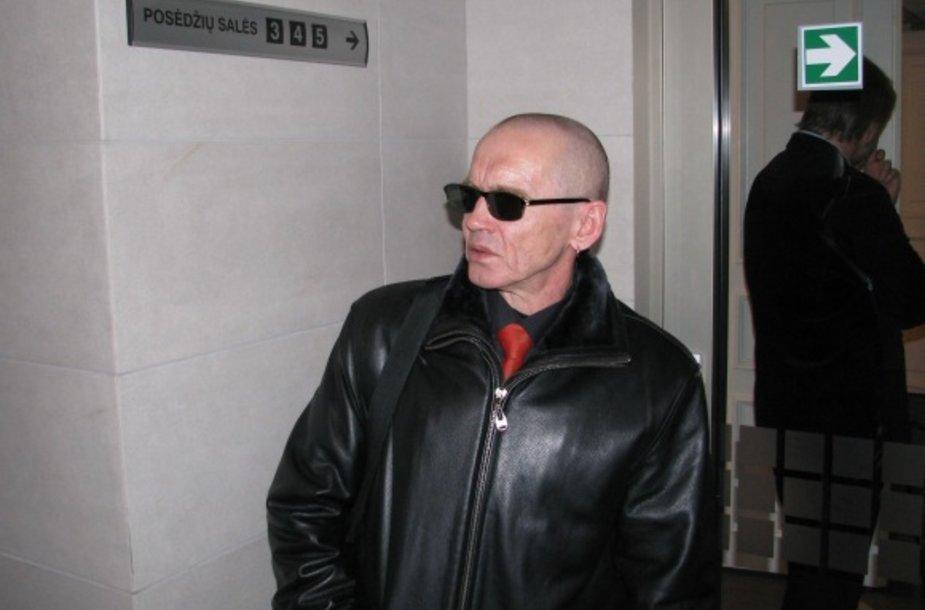Šios dienos posėdyje V.Lučiūnas pasirodė vilkėdamas kostiumą.