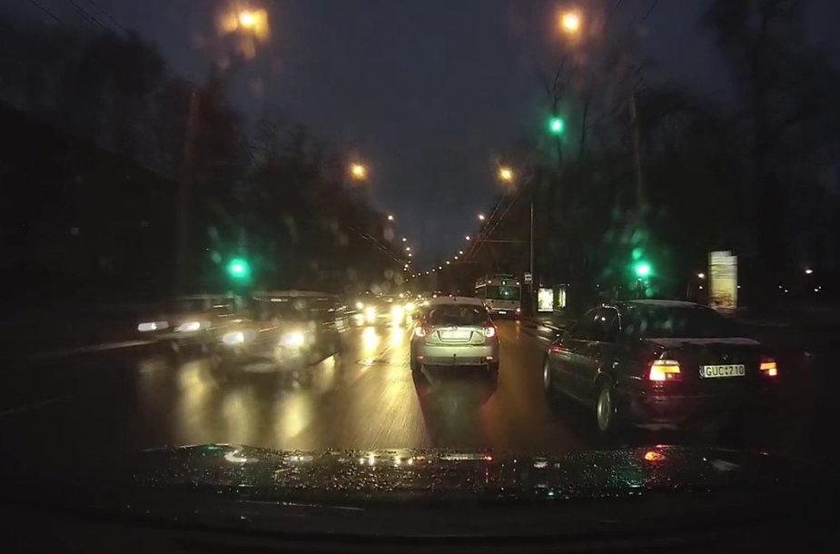 vilniaus-gatveje-nufilmuota-dzipo-ir-bmw-dvikova