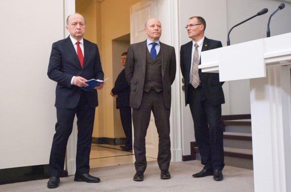 Prezidentės sutaikyti (iš kairės) A.Kubilius, R.Palaitis ir A.Čaplikas atrodė kaip žemę pardavę.