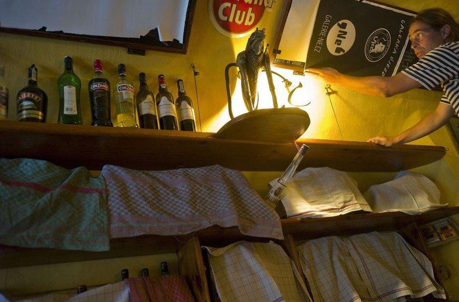 Barmenas Čekijoje uždengia butelius su stipriais alkoholiniais gėrimais, prekiauti jais uždrausta