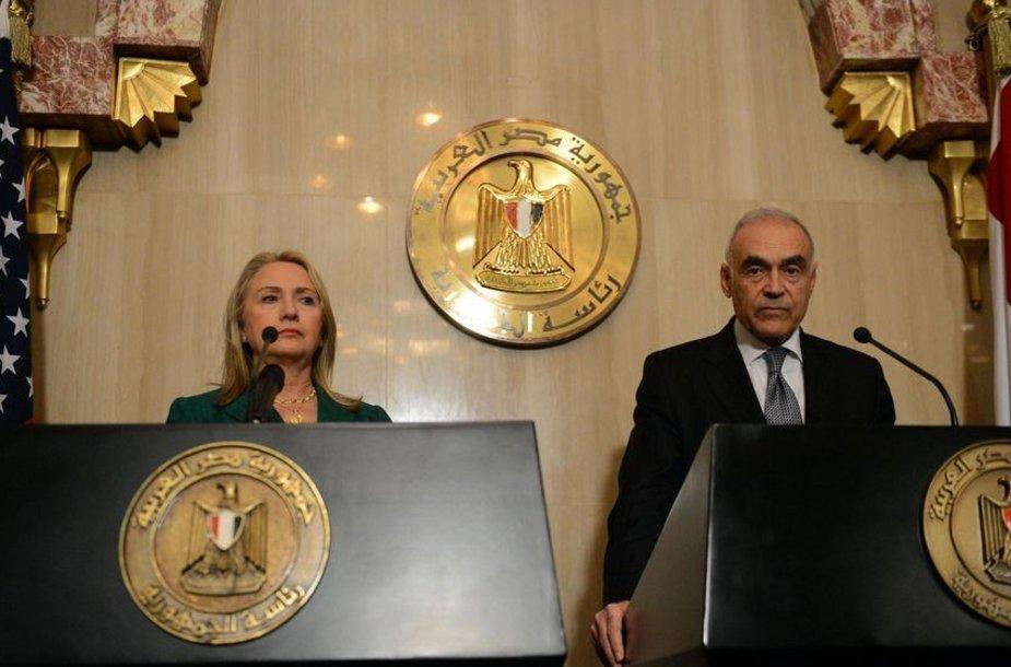 Egipto užsienio reikalų ministras Mohamedas Kamelis Amras ir JAV valstybės sekretorė Hillary Clinton
