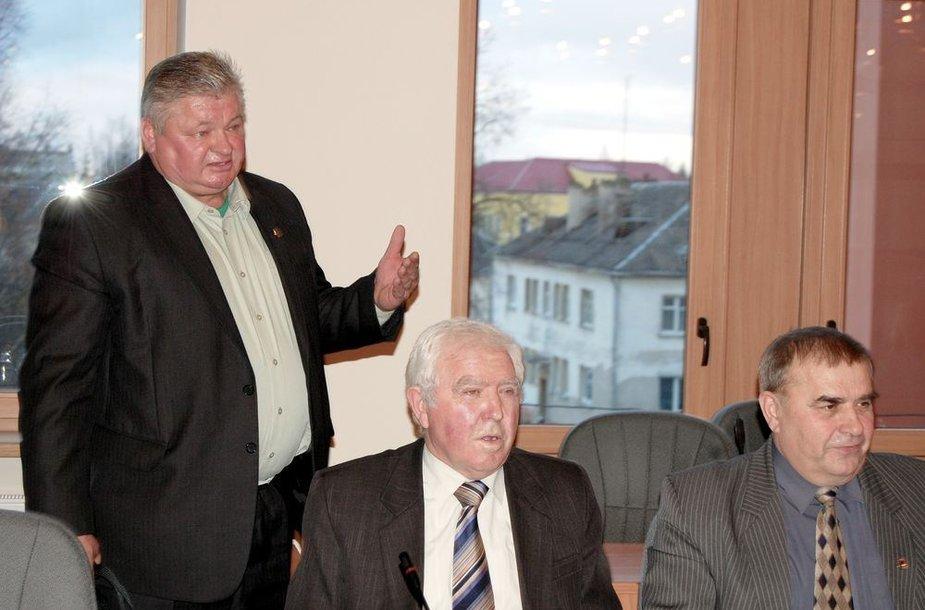 Nesulaukę iš Valstiečių ir žaliųjų sąjungos Lazdijų skyriaus pirmininko B.Rūtelionio (stovi kairėje) patvirtinimo apie jų pašalinimą iš partijos gretų, artimiausi politiko bendražygiai S.Saladinskas ir J.Vabuolas patys pareiškė paliekantys šios politinės partijos gretas.
