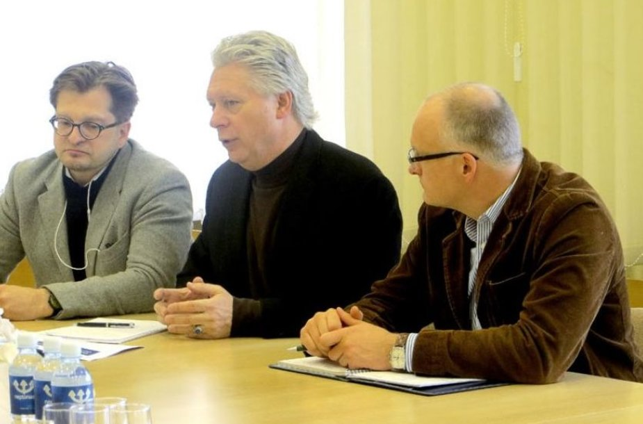"""Į Tauragę atvykęs """"Chevron"""" dukterinės įmonės Lietuvoje generalinis direktorius Gilbert Ankenbauer (viduryje) tikina, kad jo netenkina UAB """"LL Investivicijos"""" atliktas darbas."""