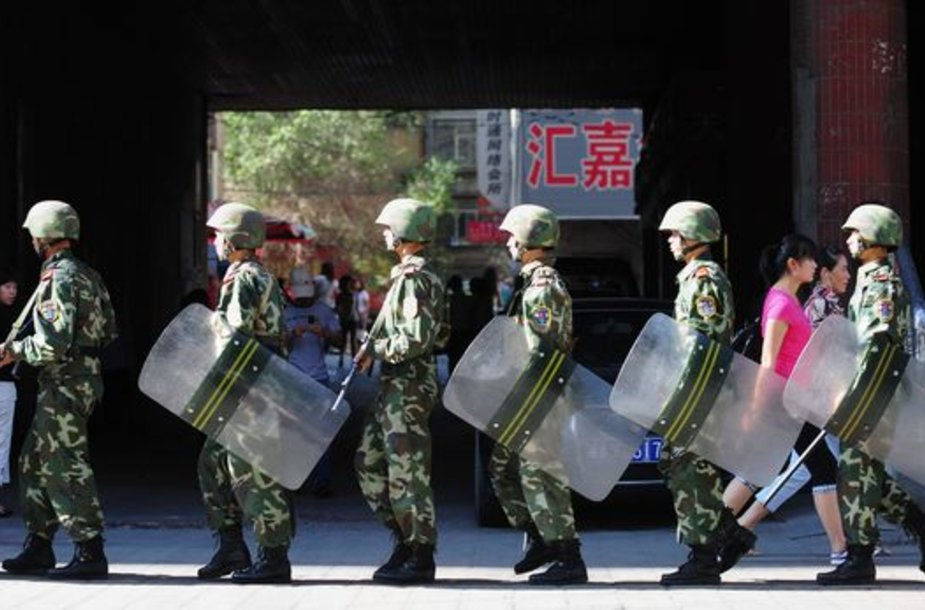 Kinijos kariams tenka raminti riaušes Urumčio mieste.