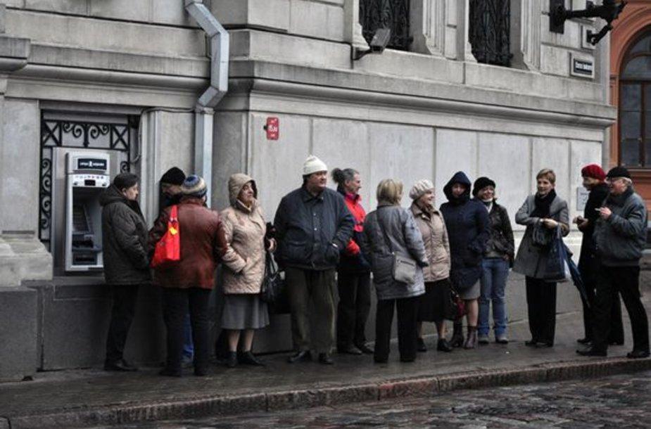 """Žmonės Rygoje prie """"Latvijas Krajbanka"""" poskyrio"""
