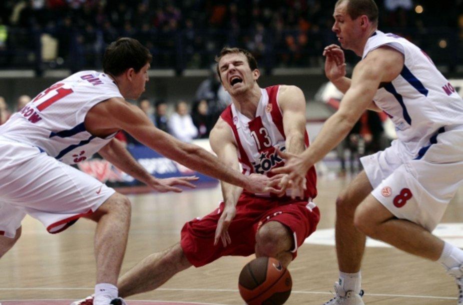 """Martynas Gecevičius (centre) neišgelbėjo """"Olympiacos"""" nuo pralaimėjimo CSKA"""