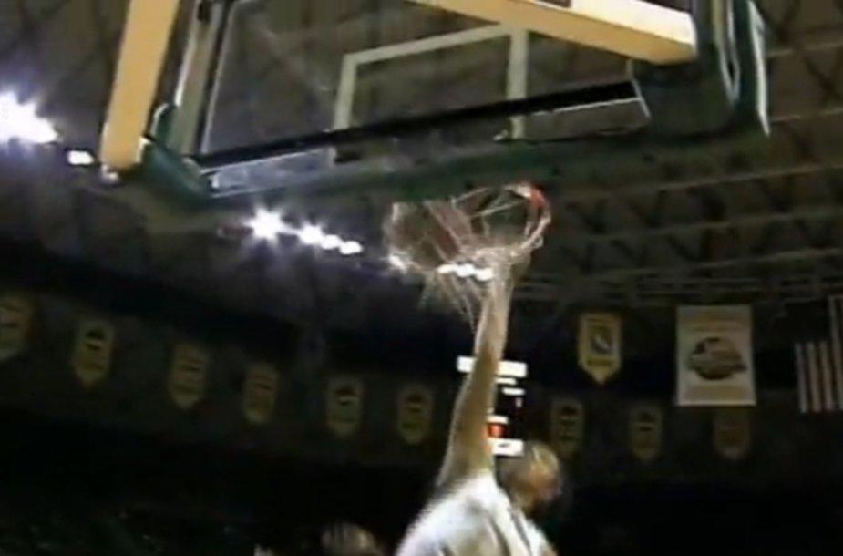 B.Griner įdėti kamuolį iš viršaus pavyko po dviejų nesėkmingų bandymų ankstesnėse NCAA rungtynėse