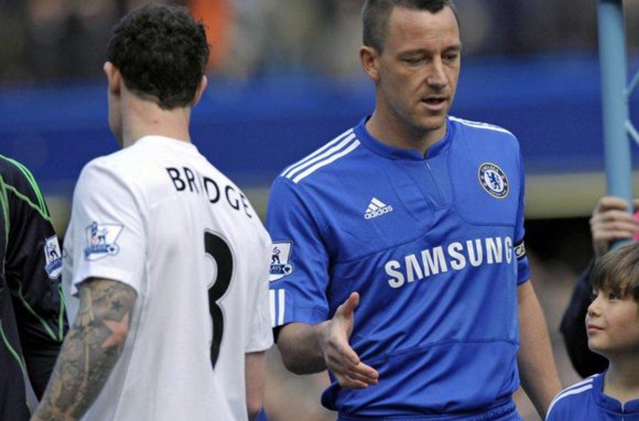 """""""Manchester City"""" gynėjas W.Brige'as (k.) prieš mačą nepaspaudė """"Chelsea"""" kapitono J.Terry rankos. Taip W.Brige'as reagavo į J.Terry neištikimybės su jo buvusia drauge skandalą"""