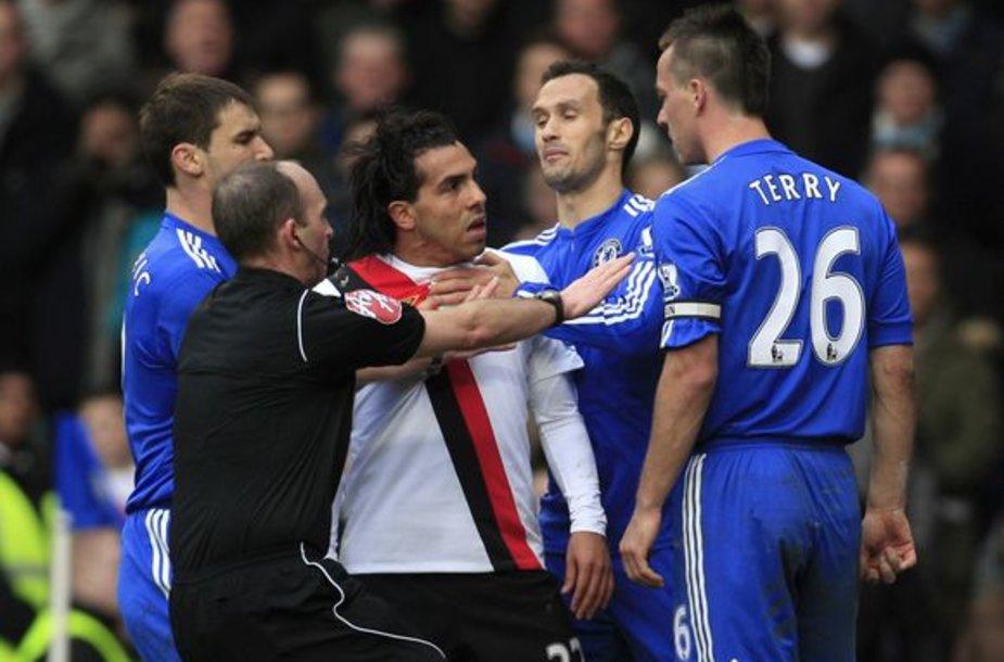 C.Tevezas (balta apranga) užsipuolė J.Terry