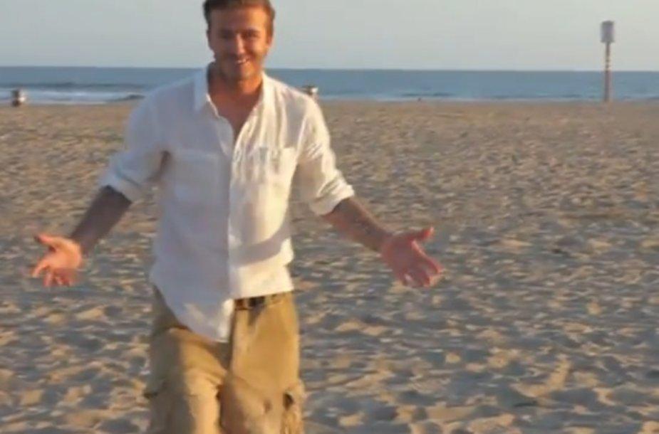 Neįtikėtiną triuką atlikęs Davidas Beckhamas tik trūktelėjo pečiais.