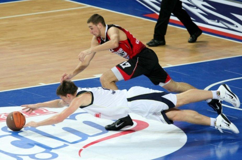 Gražiausia Eurolygos sezono nuotrauka – G.Vidmaro ir J.Valančiūno grumtynės dėl kamuolio.