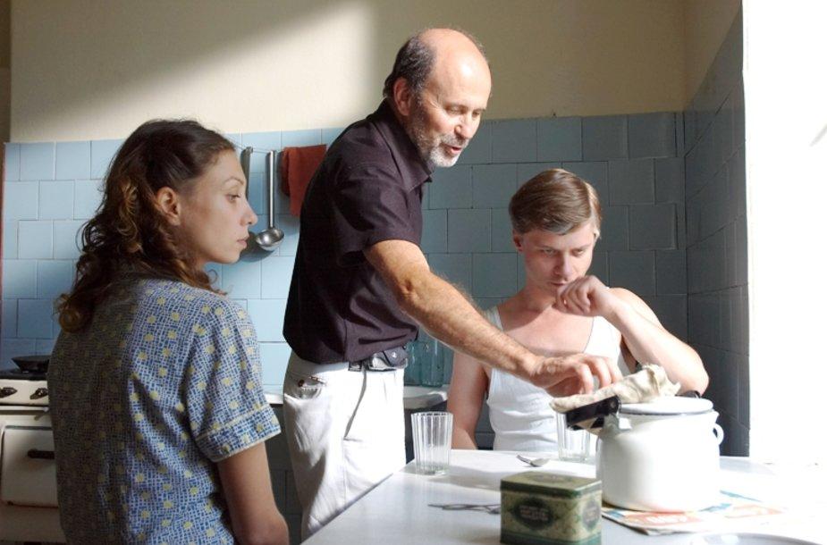 G.Kiela vaidina pagrindinį filmo herojų Juozapą Gaučį, kuris, apsigyvenęs ankštame bendrabutyje, atranda lemtingą meilę – Mašką, kurią vaidina ukrainietė aktorė Oksana Borbat. Patarimus herojams filmavimo metu dalina režisierius G.Lukšas.