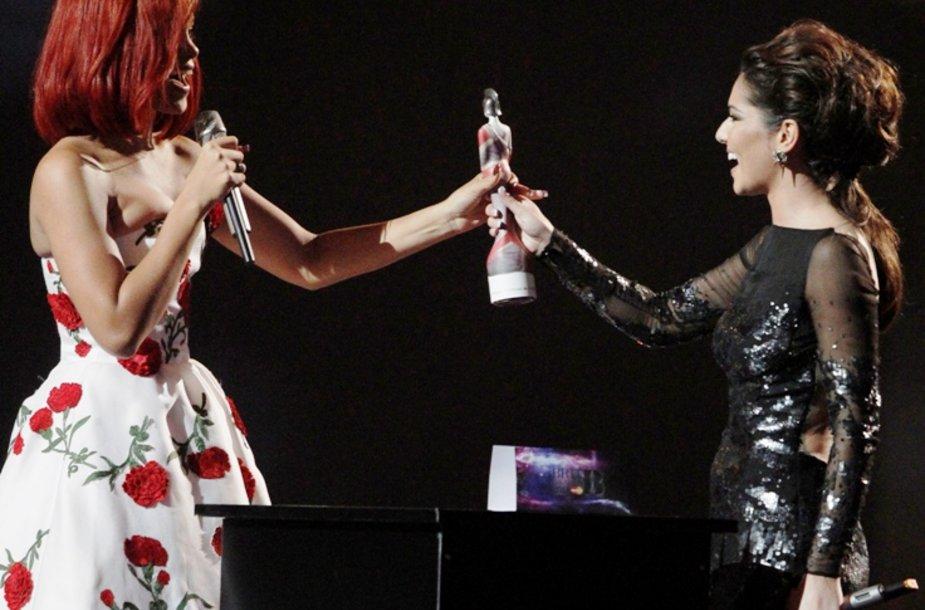 Rihanna gauna apdovanojimą iš Cheryl Cole rankų.