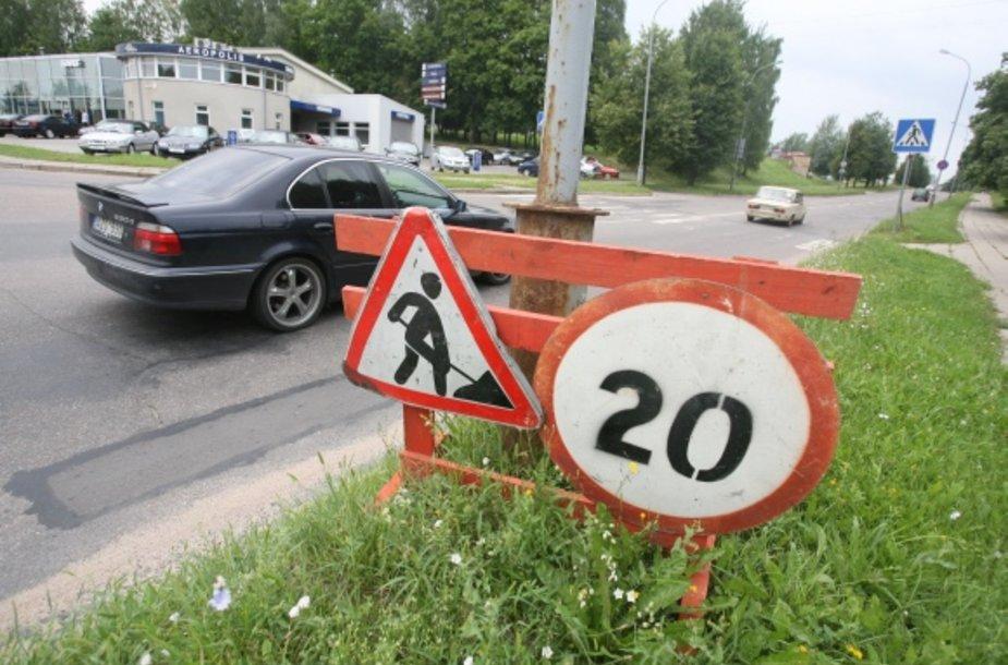 Sostinės Viršuliškių mikrorajone kone mėnesį stovi laikinieji kelio ženklai, įspėjantys apie darbus kelyje ir ribojantys greitį iki 20 kilometrų per valandą, tačiau joks gatvės remontas čia nevyksta.