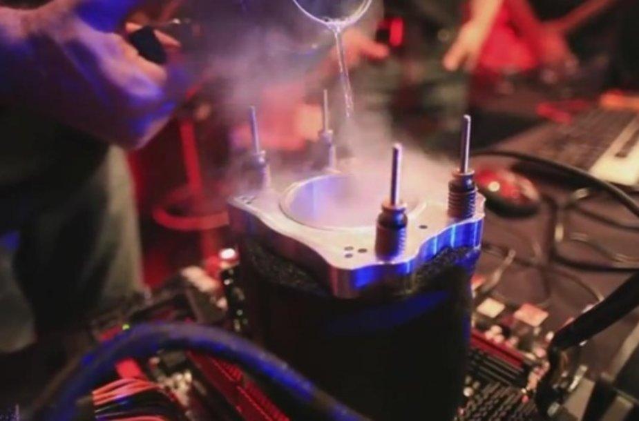 """Norint pasiekti rekordą, mikroprocesorių """"AMD FX-8150"""" teko smarkiai ataušinti."""