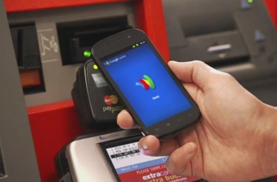 """""""Google Wallet"""" leidžia atsiskaityti už pirkinius išmaniuoju telefonu."""