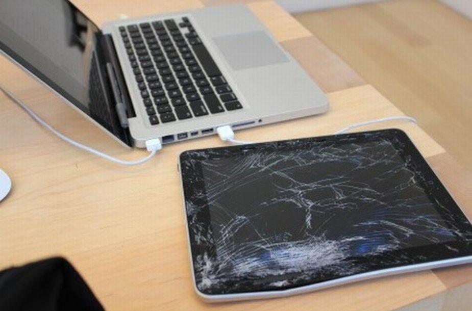 """Vyras sulaužė planšetinį kompiuterį """"iPad"""" bandydamas juo pamatuoti savo svorį."""