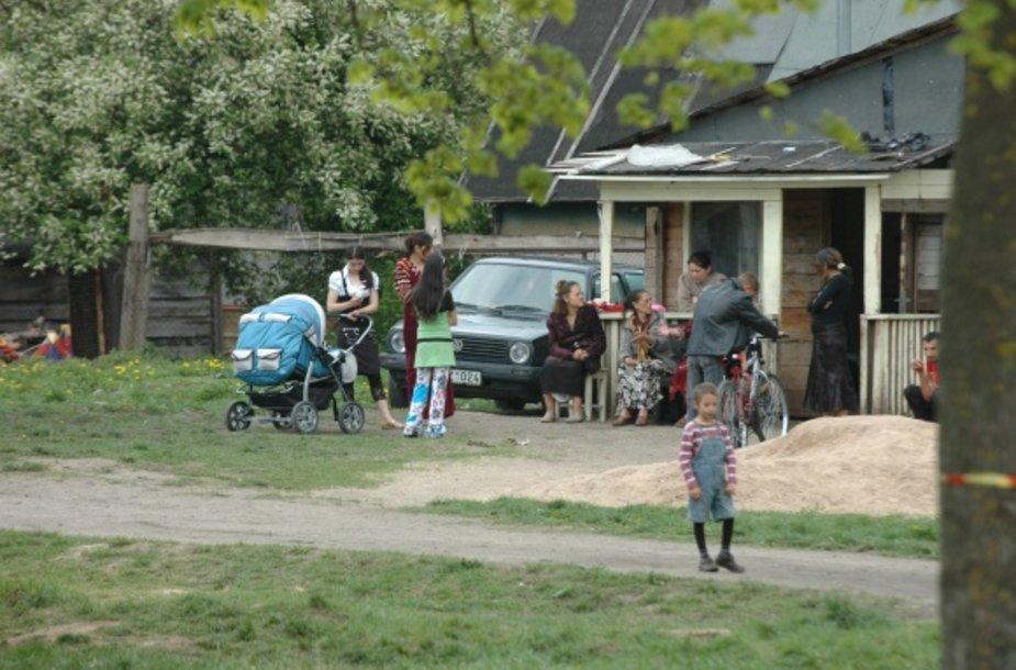 Seimo kontrolieriams atlikus apklausą paaiškėjo, kad 80 proc. romų yra patenkinti gyvenimu tabore ir keltis į patogesnį socialinį būstą nenorėtų.