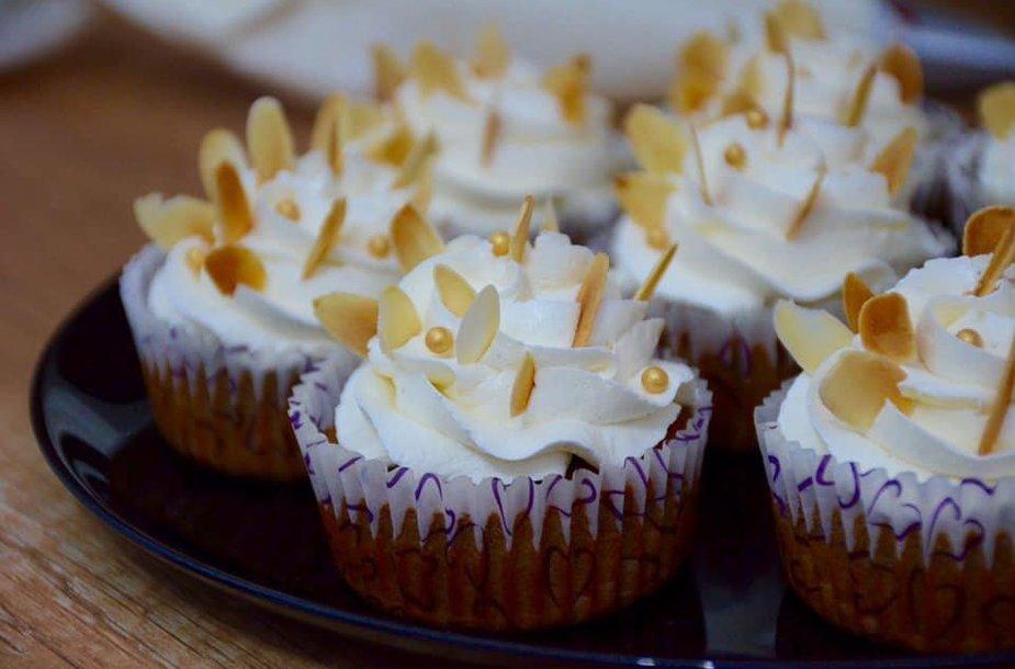 Keksiukai su datulėmis ir vaniliniu-sviestiniu kremu