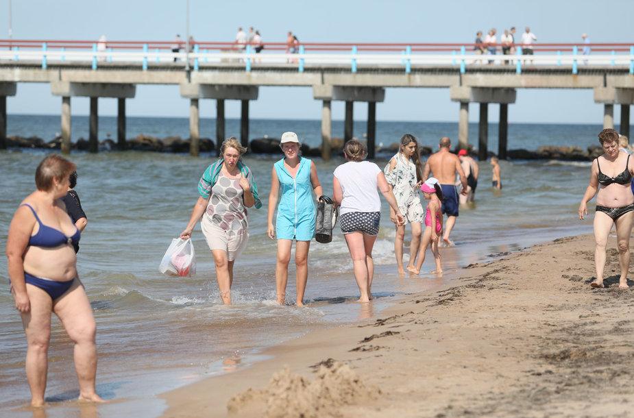 Poilsiautojai užgulė pliažą