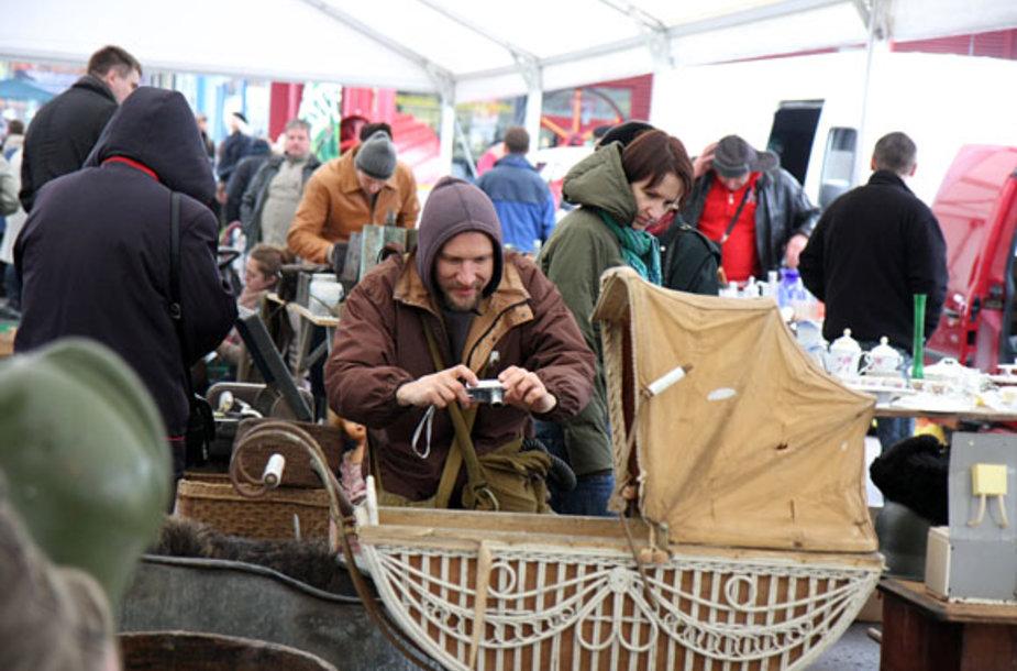 Spalio 16, 17, 18 d. prekybos miestelyje URMAS, nuo 8–18 val. daugiau nei 300 antikvarų iš Lietuvos, Latvijos, Estijos bei kitų užsienio šalių prekiauja įvairia senovine atributika