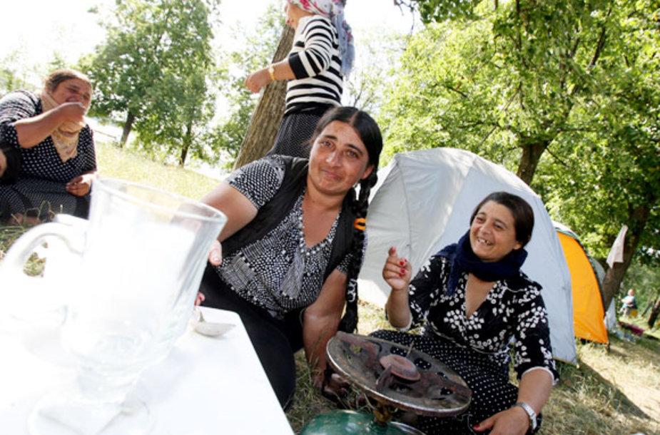 Vaikus palikusios Rumunijoje, romės lydi savo vyrus